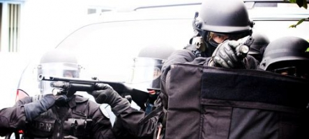 Le SWAT donne l'assaut à une maison de gamer