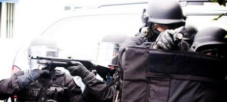 Suite à un appel téléphonique le SWAT débarque chez ce joueur de Counter Strike
